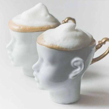 tazzina da caffè con viso umano