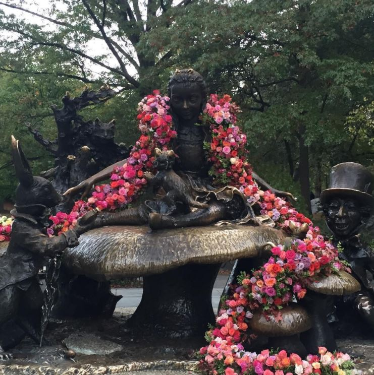 installazione floreale di lewis miller di alice in central park di new york