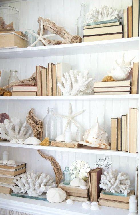 salotto-ispirazione-casa-al-mare-libreria-decorazioni-coralli-marino