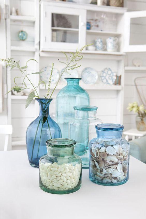 ispirazione-casa-al-mare-libreria-decorazioni-conchiglie-vasi-vetro-blu