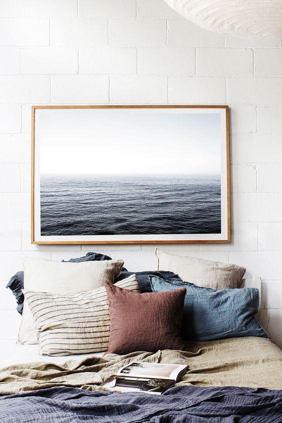 camera-da-letto-ispirazione-casa-al-mare-lino-fibre-naturali-quadro-rilassante