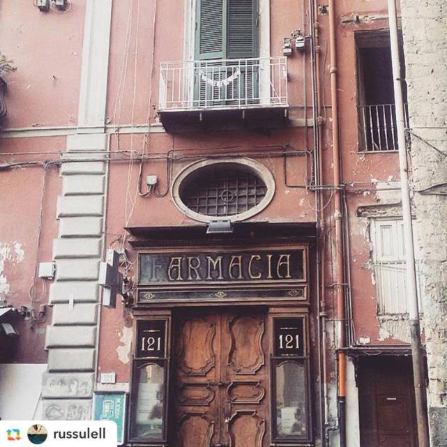 portone di una farmacia storica a Napoli