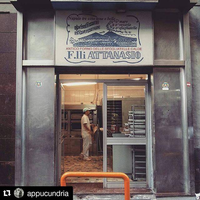 Insegna dei fratelli Attanasio antico forno sfogliatelle a Napoli