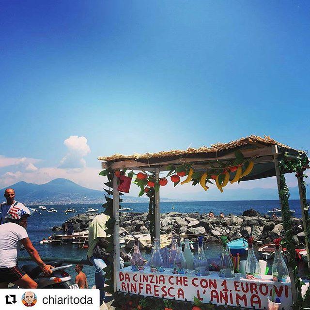 chiosco di granite a Napoli con Vesuvio sullo sfondo