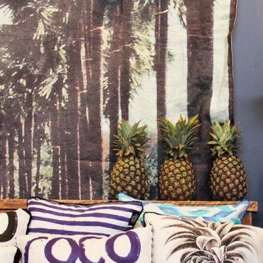 cuscini con ananas per stile tropical in quattro mosse