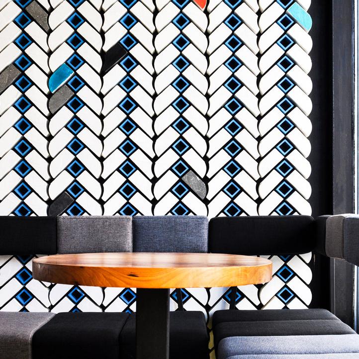 Dettaglio della parete in mattoni a spina di pesce dell'italian wine bar Boccabuona di Pechino