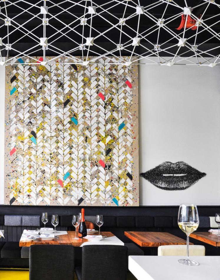 Opera d'arte con stencil del pattern di mattoni a spina di pesce sulla parete dell'italian wine bar Boccabuona di Pechino