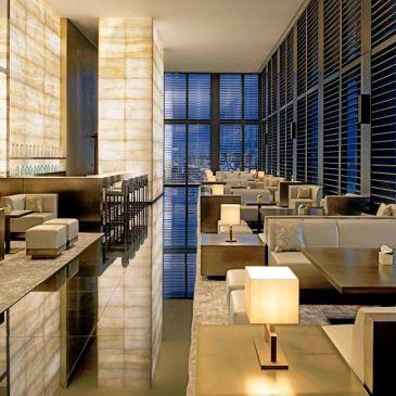 vista della sala con tavoli dell'Armani Bamboo bar nell'armani hotel di Milano