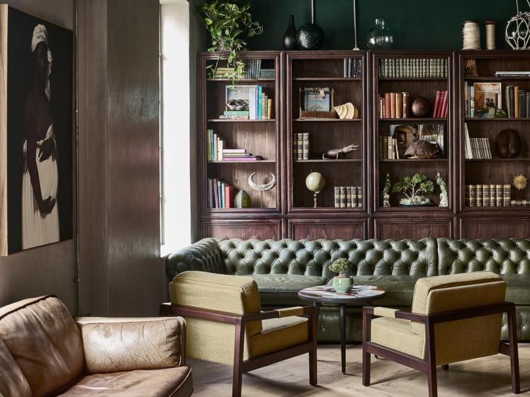balizroom-interiorblog-gorgeousgeorge-hotel-restaurant-bookshelf.jpg