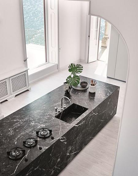 balizroom-interiorblog-cucina con isola-marmo nero-piano cottura