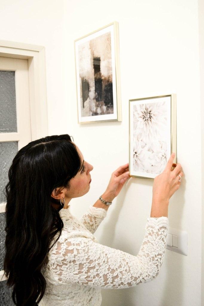 Cornici dorate con stampe decorative a parete