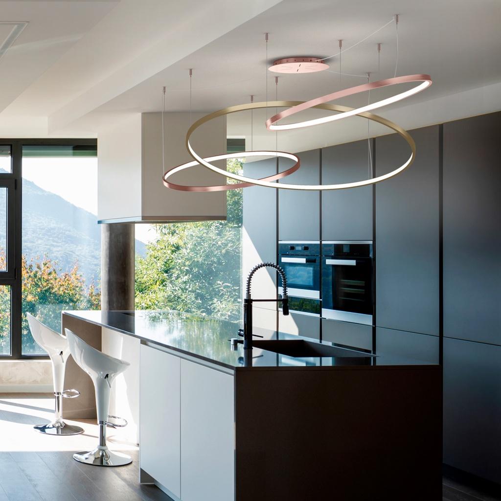 lampadario dorato sospeso con cerchi in cucina